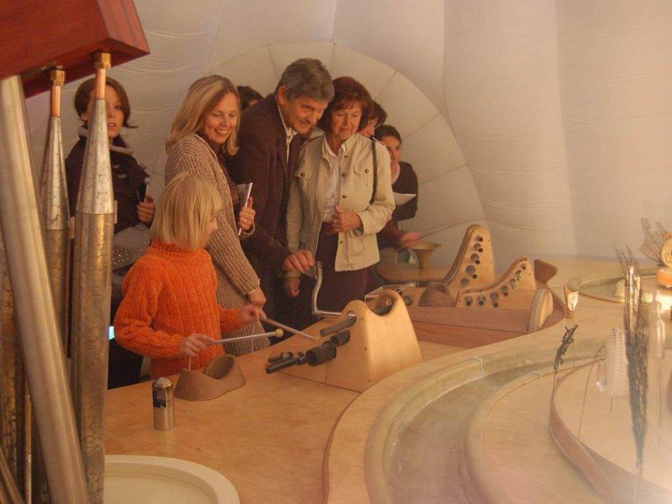 Na této netradiční výstavě je dovoleno hrát si s exponáty.