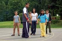 Děti se připravují na taneční vystoupení ke Dni otevřených dveří v Dětském domově v Melči.