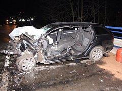 Jednoho mrtvého a pět zraněných si vyžádala v pondělí ráno čelní srážka dvou osobních aut.