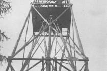 ROZHLEDNA (triangulační bod) na nejvyšším bodě Hůrky nacházející se poblíž Štemplovce a Kamence. Fotografie je z roku 1947.