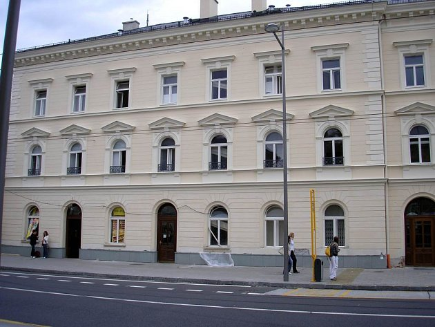 Hlavní budovu opavského východního nádraží vandalové zatím nestihli poničit.