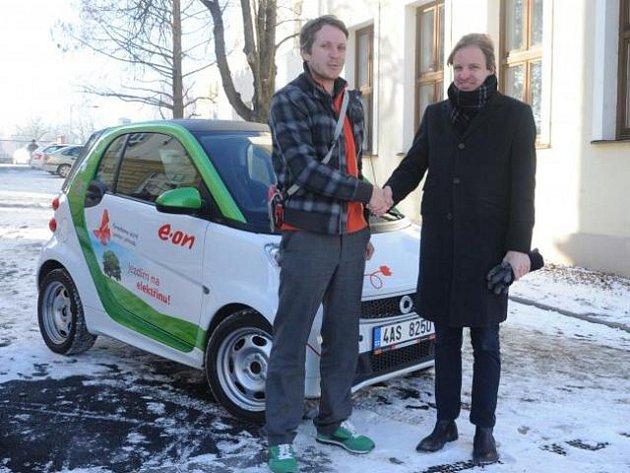Opavský magistrát si na zkoušku zapůjčil elektromobil. Vůz s elektromotorem poskytla městu energetická společnost E.ON.