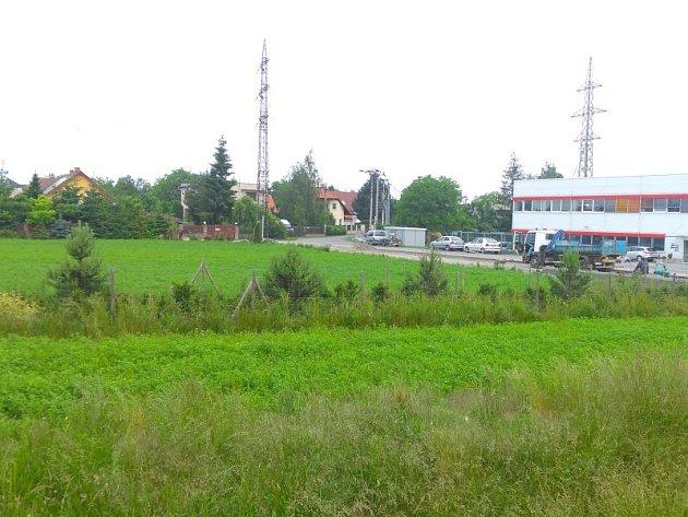 Městský pozemek v Kylešovicích vedle tiskárny Grafico. Ilustrační foto.