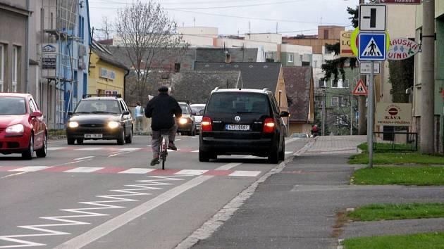 Nedávno zrušená cyklostezka na Vrchní ulici nutí cyklisty vjíždět do vozovky.