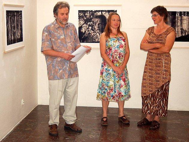 Lidé Stromů. Zahájení výstavy se ujal Jan Pohribný (vpravo) a zúčastnily se jej i autorky výstavy Sanni Seppo (uprostřed) a Ritva Kovalainen (vpravo).