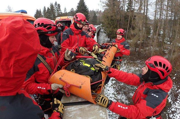 Cvičení na Vítkovsku hasičů, kteří se vedle své běžné výjezdové činnosti specializují na zásahy ve výškách a hloubkách pomocí lezecké techniky.