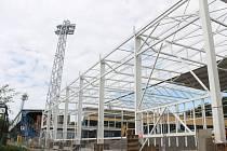 Konstrukce nové haly u fotbalového stadionu v Městských sadech už stojí.