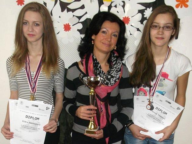 Zleva: Klára Odehnalová, trenérka Karin Solná a Tereza Tomanová.