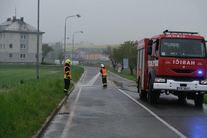 Hasiči pomáhají již dlouhé hodiny v obcích na Opavsku, které zasáhly středeční noční přívalové deště. Píšť, 13. května 2021.