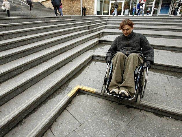 Ve Vítkově není bezbariérových vstupů tolik, aby zajistily tělesně postiženým obyvatelům adekvátní možnost pohybu.