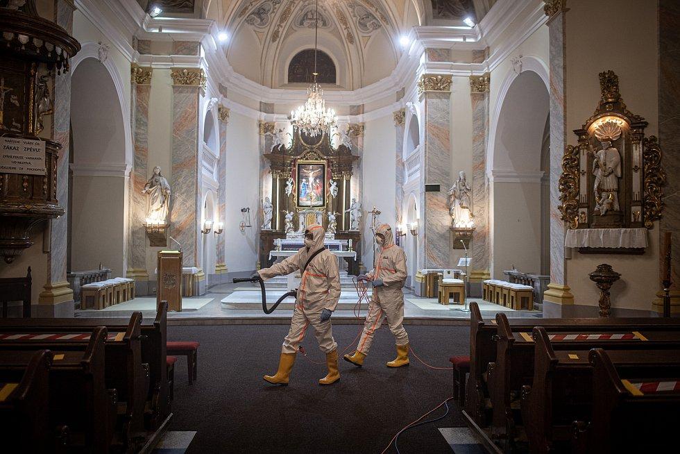 Dobrovolní hasiči provádějí pravidelnou dezinfekci kostela sv. Stanislava, 19. února 2021 v Bolaticích.
