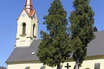 Současný vzhled farního kostela se hřbitovem v Radkově.