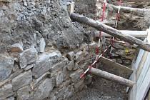 Hradní zeď při archeologickém výzkumu.