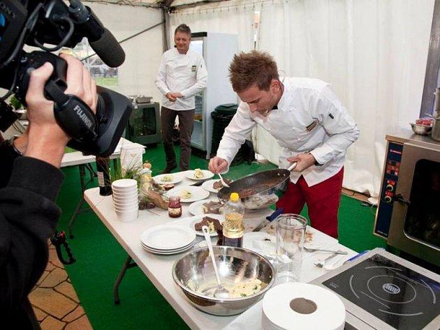Jakub Škrobánek za doprovodu kamer vařil své finálové menu, které následně hodnotila odborná porota.