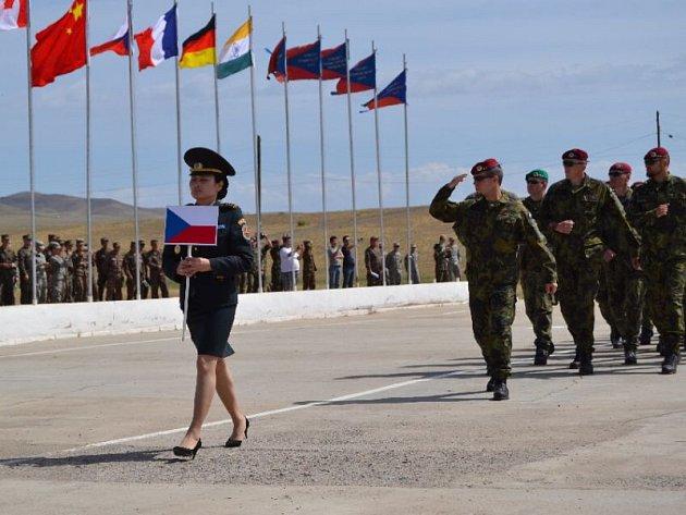 Čeští vojáci, mezi nimiž nechybí ani opavští zástupci, nastupují při slavnostním ceremoniálu ve výcvikovém prostoru Five Hills na území Mongolska.