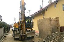 Osmapadesátiletého muže přejel v neděli odpoledne v Brance u Opavy zemní stroj-rypadlo, a to během výkopových prací.