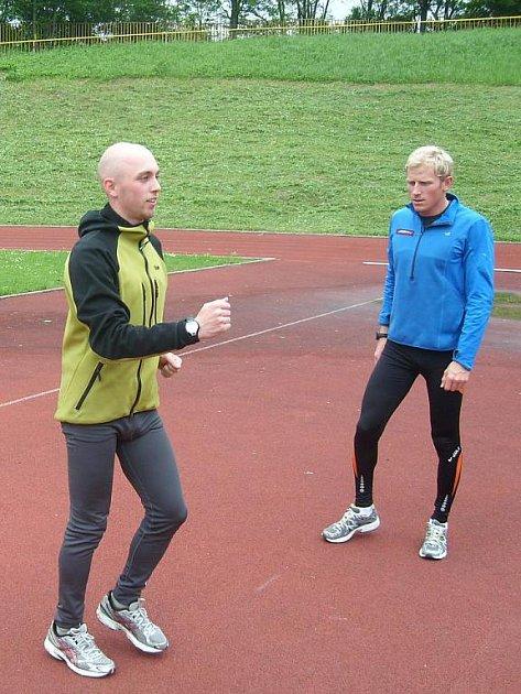 Martin Kardaš (v popředí) trénuje atletickou abecedu pod dohledem trenéra Petra Kopřivy.
