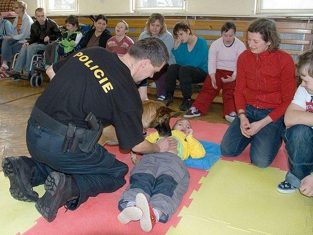 Policisté ve spolupráci se speciálními pedagogy předvedli ukázku léčebné aktivity handicapovaných dětí.