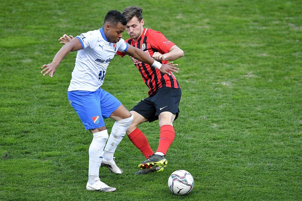Utkání 26. kolo první fotbalové ligy: FC Baník Ostrava – SFC Opava, 10. dubna 2021 v Ostravě. (zleva) Dyjan Carlos De Azevedo z Ostravy a Matěj Helešic z Opavy.