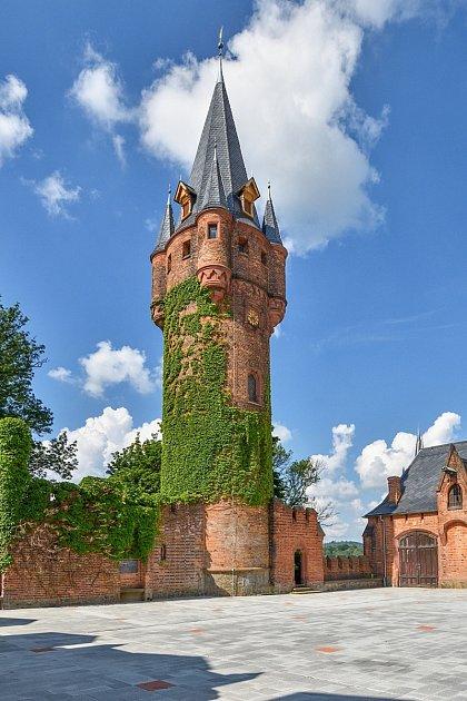 Zrekonstruovaná hodinová věž svyhlídkou a nově odkrytá spodní konírna.