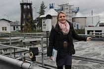 Technická pracovnice provozu čističky Gabriela Pallová u nádrží v areálu, kde probíhá simulace čištění vody v řece.