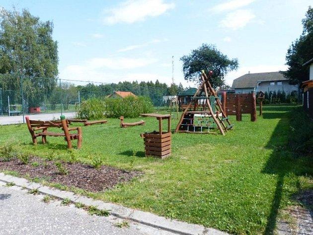Herní prvky nového dětského hřiště na Vrablovci jsou vyrobeny z akátového dřeva.