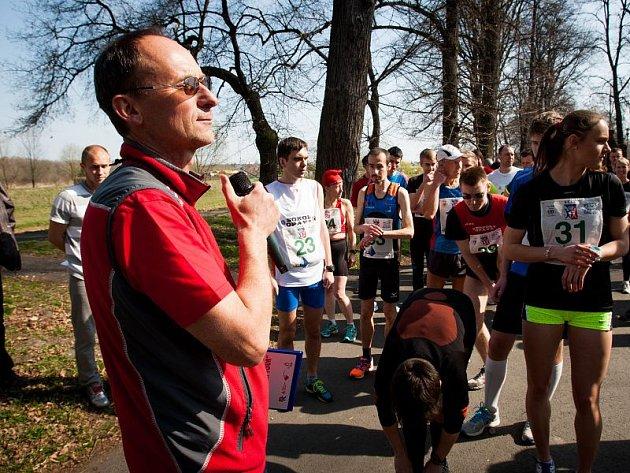 Pro Jana Škrabala je atletika – a běh obzvlášť – srdeční záležitostí. Na snímku jako rozhodčí startuje závod s názvem Vyběhneme za sluníčkem.
