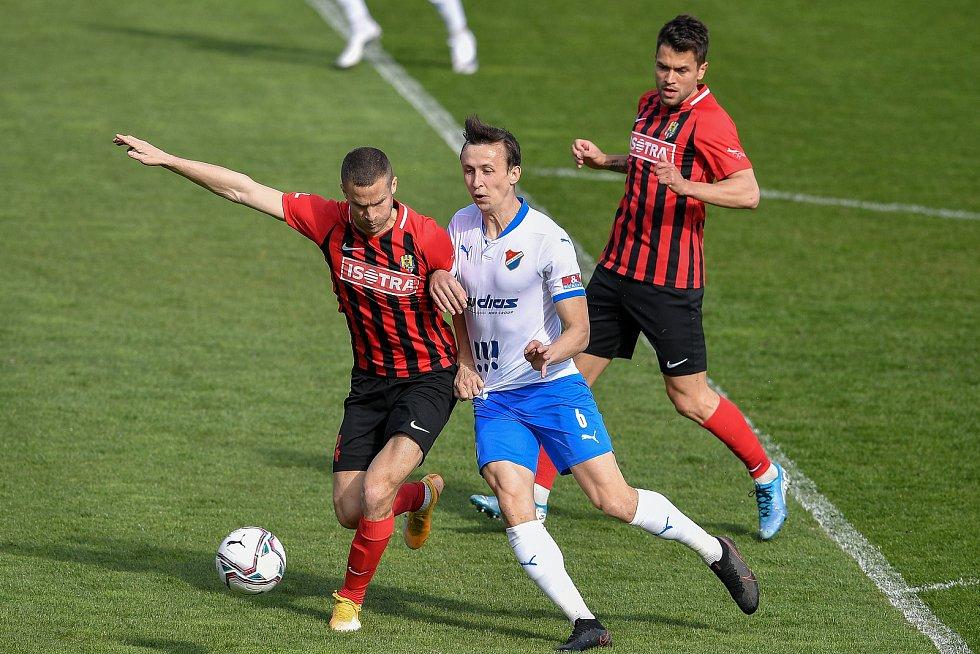 Utkání 26. kolo první fotbalové ligy: FC Baník Ostrava – SFC Opava, 10. dubna 2021 v Ostravě. (zleva) Jan Schaffartzik z Opavy a Daniel Tetour z Ostravy.