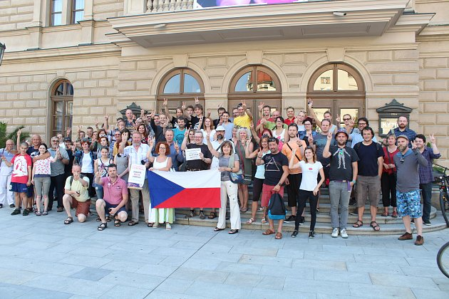Proti Andreji Babišovi v Opavě protestovalo zhruba padesát lidí.