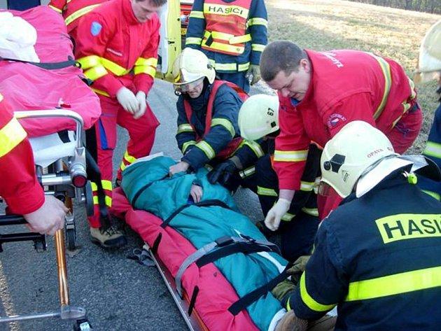 Záchranáři připravují pacienta v bezvědomí k transportu do nemocnice.