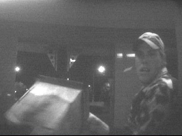 Mladík si možná myslel, že vystupuje v americkém akčním filmu. Snad proto bez ustání bušil plechovou popelnicí do bankomatu v Opavě–Kateřinkách.