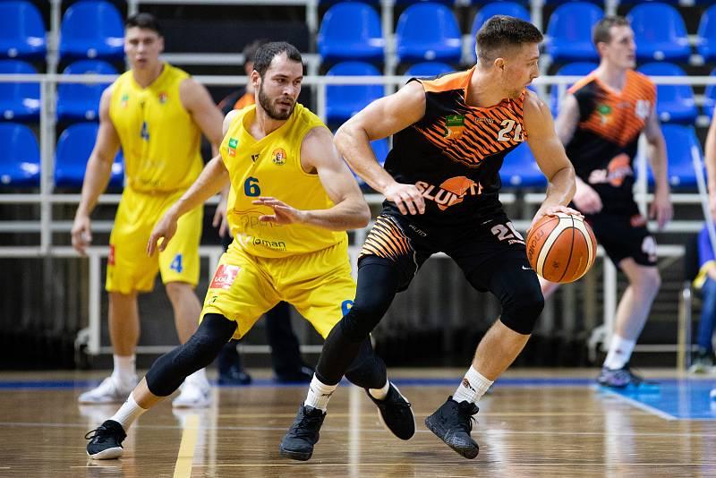 Zápas 3. kola basketbalové Kooperativa NBL mezi BK Opava a Sluneta Ústí nad Labem 6. října 2018. Radim Klečka (BK Opava) a Spencer Svejcar (Sluneta Ústí nad Labem).