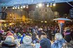 S úderem šesté hodiny se první koleda Nesem vám noviny začala zpívat také na Dolním náměstí v Opavě. Nemohl ji uvést nikdo jiný než známý sbormistr z Nového Dvora Karel Kostera, jenž na pódiu vedl členy stěbořického a také opavského sboru.