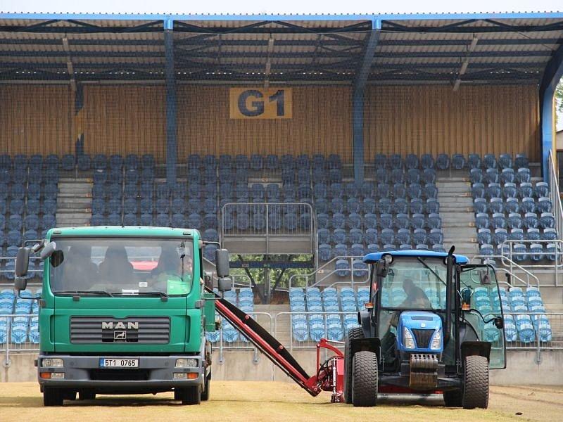 V pondělí dopoledne na hrací plochu stadionu v Městských sadech najely stroje, aby se začal odstraňovat starý trávník.