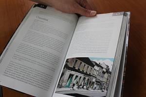 Knihy s opavskou tematikou se stávají i oblíbeným dárkem, jednou z nich je například publikace Opavský uličník z roku 2017.