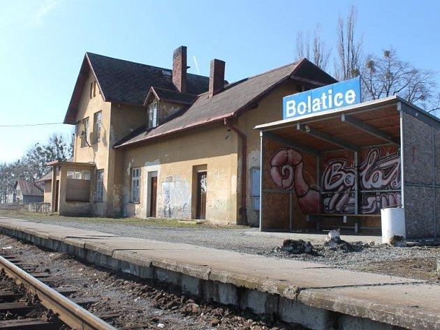 Z této chátrající nádražní budovy chtějí mít v Bolaticích sociální bydlení.