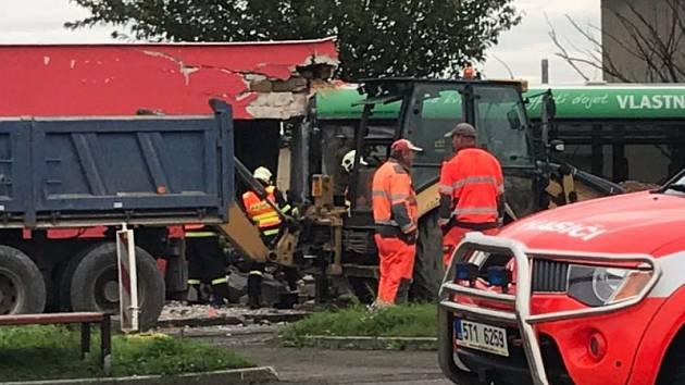 Krátce před osmou hodinou na točně trolejbusu na Hlučínské ulici v Opavě došlo ke zranění stavebního dělníka.
