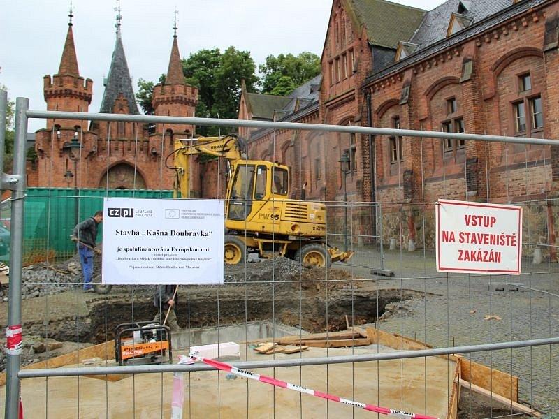 Na stavbě kašny na náměstí Městečko vedle Červeného zámku se v současnosti intenzivně pracuje.