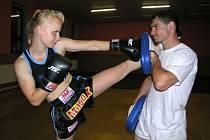 Pavla Stankeová při tréninku s jednou z legend opavského boxu a thaiboxu Jozefem Pröschlem.