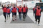 Středeční dopolední trénink fotbalistů Slezského FC Opava měl zajímavé vyústění, které nakonec skončilo vyběhnutí mladšího osazenstva kabiny do OC Breda a to v plné polní. Skupinu oděnou do rozlišovacích dresů a kopaček vedl Dominik Simerský.