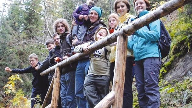 Věra Greiplová (druhá zprava) se svými svěřenci na jednom z mnoha výletů.
