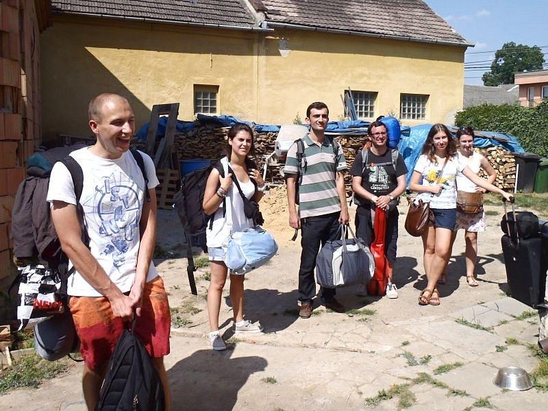 Dobrovolníci, kteří se podílejí na rekonstrukci historického objektu ve Vlaštovičkách se mají možnost dovědět ledasco o principech holistické medicíny.