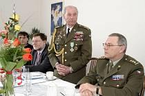 Válečný veterán Andrej Koba (na snímku stojící)