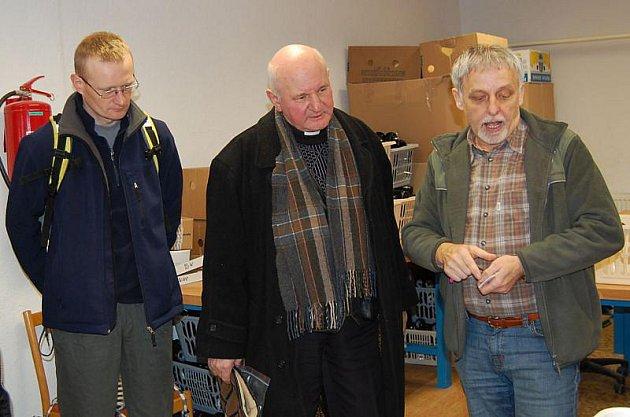 Otec Alojzy Wencepel (uprostřed) s projektovým manažerem EU Wiesławem Legierskim (vlevo) poslouchají výklad průvodce chráněnými dílnami Pavla Šefránka (vpravo).