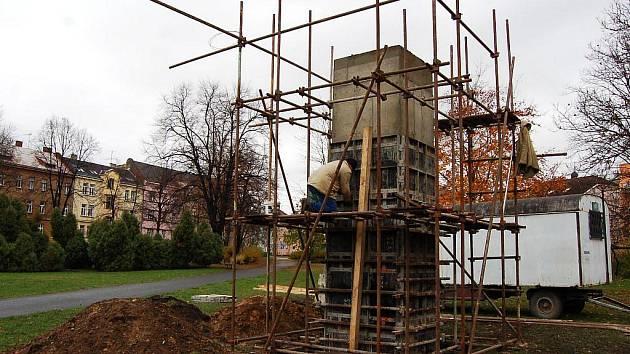 Podstavec pro sochu. Ten nyní staví dělníci v parku Joy Adamsonové.