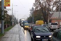 Za vlakovým přejezdem na Krnovské ulici probíhají opravy, doprava je zde řízena semafory.