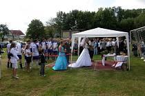 Tito snoubenci se rozhodli vstoupit do manželství o poločase fotbalového zápasu.
