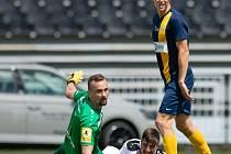Zápas 29. kola Fortuna národní ligy (FNL) mezi FK Hradec Králové a SFC Opava na stadionu v Hradci Králové 20. května 2018. Patrik Vízek - hk, David Puškáč - o.