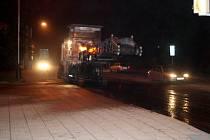 Frézování vozovky značně brzdí dopravu ve městě.