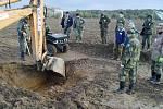 Členové Klubu přátel Suchdolu nad Odrou ze sekce vojenské historie vykopali na poli mezi Kobeřicemi a Albertovcem torzo sovětského bombardéru Petljakov (Pe-2).